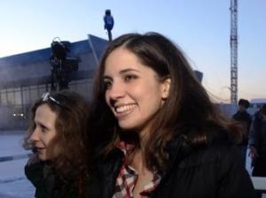 Nadja Tolokonnikova, in compagnia di Maria Alekhina, il 24 dicembre 2013 all'aeroporto di  Krasnoïarsk