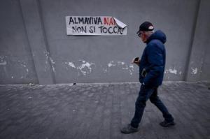 Un momento del sit-in all'esterno della sede di Almaviva in occasione della giornata di sciopero, Napoli, 19 dicembre 2016. Centinaia di lavoratori della sede di Napoli di Almaviva la mattina di lunedì 19 dicembre andranno a Roma con la Slc Cgil. ANSA /CIRO FUSCO