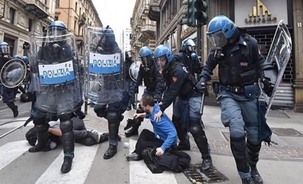 1-La-carica-della-polizia-in-via-XX-Settembre-
