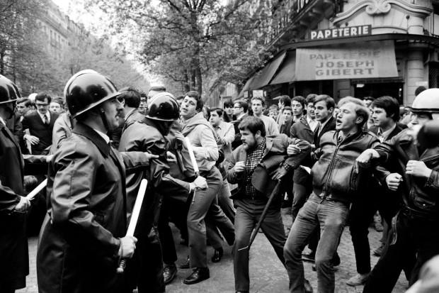 Face-entre-manifestants-policiers-2-1968-boulevard-Saint-Michel-Paris_1_1399_933