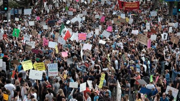 https://sinistraanticapitalista.files.wordpress.com/2018/10/los-angeles-protesta-trump-01.jpg?w=580&h=326&crop=1